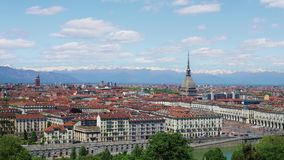 Turijn, Turijn, het luchtpanorama van de timelapsehorizon met Mol Antonelliana, Monte-dei Cappuccini en de Alpen op de achtergron stock videobeelden