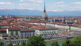 Turijn, Turijn, het luchtpanorama van de timelapsehorizon met Mol Antonelliana, Monte-dei Cappuccini en de Alpen op de achtergron stock footage