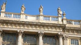 TURIJN, ITALIË - JULI 7, 2018: mooie architectuur van de stad van Turijn in Piemonte-gebied in Italië bevallige standbeelden op stock footage