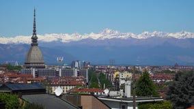 Turijn, Turijn, luchthorizonpanorama met Mol Antonelliana, Monte-dei Cappuccini en de Alpen op de achtergrond stock footage