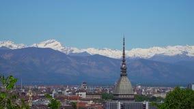 Turijn, Turijn, luchthorizonpanorama met Mol Antonelliana, Monte-dei Cappuccini en de Alpen op de achtergrond stock videobeelden