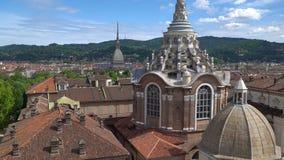 Turijn, Turijn, luchthorizonpanorama met Mol Antonelliana, Monte-dei Cappuccini en de Alpen op de achtergrond stock video