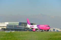 TURIJN - 07 november, 2015 - het vliegtuig Ha-LWQ op de baan a Stock Afbeeldingen