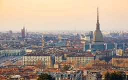 Turin cityscape, Torino, Italien på solnedgången, panorama med vågbrytaren Antonelliana över staden Sceniskt färgrikt ljus och dr Fotografering för Bildbyråer