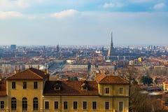 Turin cityscape, Torino, Italien på solnedgången, panorama med vågbrytaren Antonelliana över staden Sceniskt färgrikt ljus och dr Arkivfoto