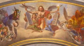 Turin - den symboliska freskomålningen av änglar med symbolerna av eucharisten och decaloguen i Cattedrale di San Giovanni Battis Royaltyfria Bilder