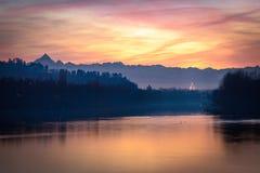 Turin fantastisk solnedgång med vågbrytaren Antonelliana Royaltyfri Foto