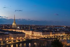 Turin horisont på skymning, Torino, Italien, panoramacityscape med vågbrytaren Antonelliana över staden Sceniskt färgrikt ljus oc Royaltyfria Bilder