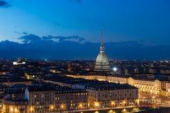 Turin horisont på skymning, Torino, Italien, panoramacityscape med vågbrytaren Antonelliana över staden Sceniskt färgrikt ljus oc Royaltyfri Bild