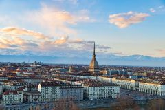 Turin horisont på solnedgången Torino Italien, panoramacityscape med vågbrytaren Antonelliana över staden Sceniskt färgrikt ljus  Royaltyfria Foton