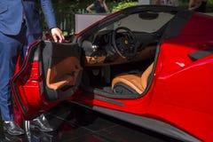 TURIN, ITÁLIA - 9 de junho de 2016  A Ferrari vermelho 488_Spider na exposição na feira automóvel do ar livre de Turin Imagens de Stock Royalty Free