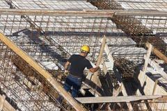 Turin, Itália 1º de junho de 2013: Carpinteiro no trabalho na preparação do canteiro de obras Imagens de Stock