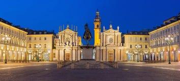 TURIN, ITÁLIA - 13 DE MARÇO DE 2017: O panorama do quadrado de San Carlo da praça no crepúsculo Imagem de Stock Royalty Free