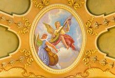 TURIN, ITÁLIA - 13 DE MARÇO DE 2017: O fresco dos anjos com os instrumentos de música em di Santo Tomaso de Chiesa da igreja Fotografia de Stock