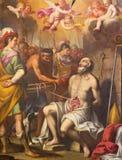 TURIN, ITÁLIA - 13 DE MARÇO DE 2017: O paintin da tortura do bischop cristão adiantado em di Santa Teresa de Chiesa da igreja Foto de Stock