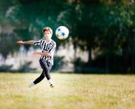 TURIN, ITALIE - 15 MAI 2016 : Le garçon caucasien donne un coup de pied la boule pendant Image libre de droits
