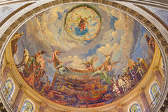 TURIN, ITALIE - 15 MARS 2017 : La coupole avec le fresque de la bataille de Lepanto en 1571 dedans et de la Mary Help des chrétie Photographie stock libre de droits