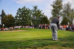 Turin Italien circa koncentrat för September 2016 okänd golfspelare som söker den högra linjen anseende på gräsplan arkivbild