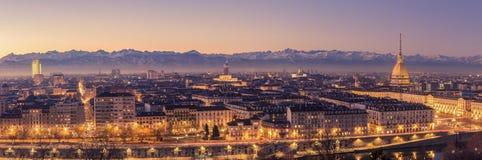 Turin Italien: cityscape på soluppgång med detaljer av vågbrytaren Anto arkivfoto