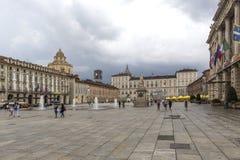 Turin Italien Juni 12, 2018: Piazza Castello, central barock fyrkant i Turin, Italien Turister som besöker piazza Castello, centr royaltyfria foton