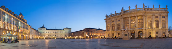 TURIN, ITALIEN - 14. MÄRZ 2017: Der quadratische Marktplatz Castello mit dem Palazzo Madama und Palazzo Reale an der Dämmerung Lizenzfreies Stockbild