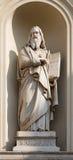 TURIN, ITALIEN - 16. MÄRZ 2017: Die Marmorstatue von Johannes der Evangelist auf der Fassade von Kirche Chiesa-Di San Massimo Lizenzfreie Stockfotografie
