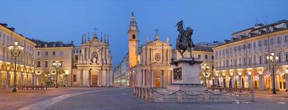TURIN ITALIEN - MARS 13, 2017: Den piazzaSan Carlo fyrkanten på skymning Arkivfoton