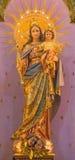 TURIN ITALIEN - MARS 15, 2017: Den sned polychrome statyn av Madonna Mary Help av kristen i den kyrkliga basilikan Maria Ausiliat Arkivfoto