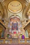 TURIN ITALIEN - MARS 15, 2017: Det huvudsakliga altaret och presbyteriet av chruchbasilikan Maria Ausiliatrice Arkivfoton