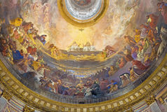 TURIN ITALIEN - MARS 15, 2017: Freskomålningen av helig Treenighet i härligheten i kupol av den kyrkliga Chiesa dellaen Santissim Royaltyfria Bilder