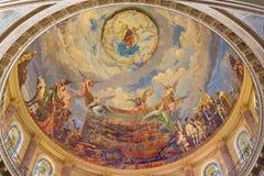 TURIN ITALIEN - MARS 15, 2017: Kupolen med freskomålningen av striden av Lepanto i 1571 in och Mary Help av kristen i kupol av Royaltyfri Fotografi