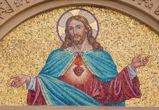 TURIN ITALIEN - MARS 15, 2017: Mosaiken av hjärta av Jesus på fasaden av Chiesa del Sacro Cuore di Gesu Royaltyfri Foto