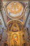TURIN ITALIEN - MARS 13, 2017: Presbyteriet och kupolen av barock kyrktar Chiesa di Santa Teresia Arkivfoto