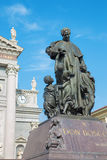 TURIN ITALIEN - MARS 15, 2017: Statyn av Don Bosco grundaren av Salesians framme av basilikan Maria Ausilatrice Arkivbild