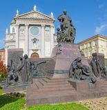 TURIN ITALIEN - MARS 15, 2017: Statyn av Don Bosco grundaren av Salesians framme av basilikan Maria Ausilatrice Arkivfoton