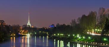 Turin, nattsikt, flod Po och vågbrytare Antonelliana Arkivbild