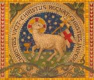 Turin - o mosaico do cordeiro do deus no altar de pouca capela Capella Pinardi - a primeira capela de Don Bosco foto de stock royalty free