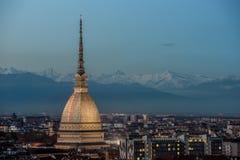 Turin på natten med den upplysta vågbrytaren Antonelliana Royaltyfri Bild