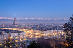 Turin, panorama à l'heure bleue avec la taupe Antonelliana Piazza Vittorio Photo libre de droits