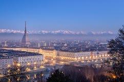 Turin panorama på den blåa timmen med den vågbrytareAntonelliana piazza Vittorio Royaltyfri Foto