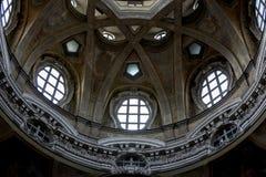 Turin Piedmont, Italien - detalj av kupolinre av kyrkan för helgonLawrence ` s - kunglig personkyrka Royaltyfri Fotografi