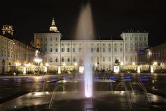 Turin, Piedmont, Italy Opinião da noite de uma fonte no castello da praça foto de stock royalty free