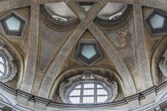 Turin, Piemont, Italien - Detail des Haubeninnenraums von Heilig-Lawrence-` s Kirche - königliche Kirche Stockbilder