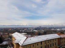 Turin stad och fjällängar från Moncalieri arkivfoton