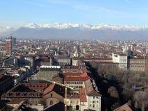 Turin-Stadtbild mit Alpenbergen auf dem Hintergrund stockbilder