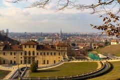 Turin-Stadtbild, Torino, Italien bei Sonnenuntergang, Panorama mit der Mole Antonelliana über der Stadt Szenisches buntes Licht u Stockbild