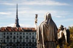Turin, statue de Madre de mamie tenant le calice images libres de droits