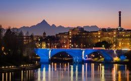 Turin (Torino), flod Po och Monviso på solnedgången royaltyfria bilder