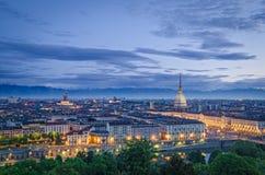 Turin (Torino), panorama élevé de définition au crépuscule Photographie stock