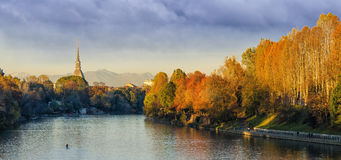 Turin (Torino), panorama avec la taupe Antonelliana et rivière PO Photo stock